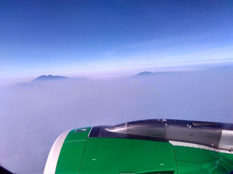 Крыло самолета с пасмурным Bluesky стоковые изображения
