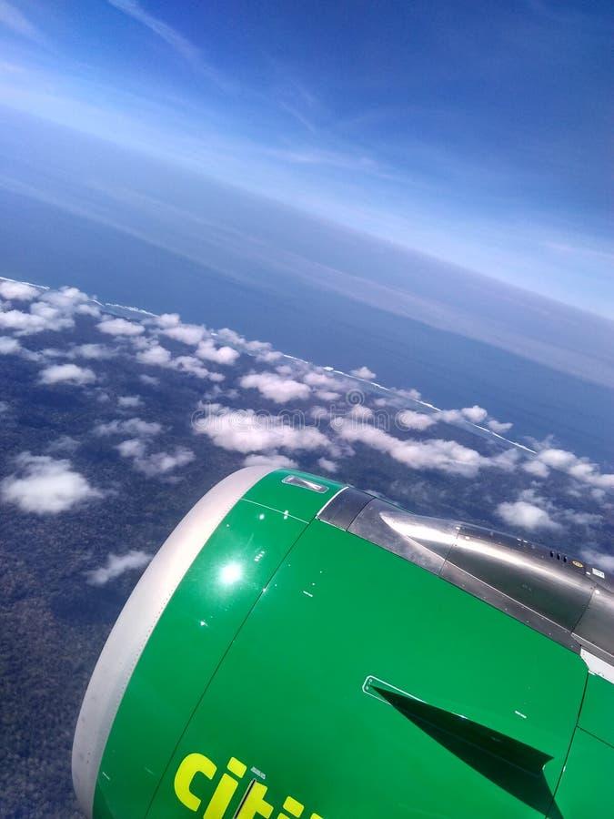 Крыло самолета с Cloudly Bluesky стоковая фотография