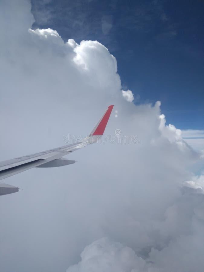 Крылья самолета в небе стоковое изображение rf
