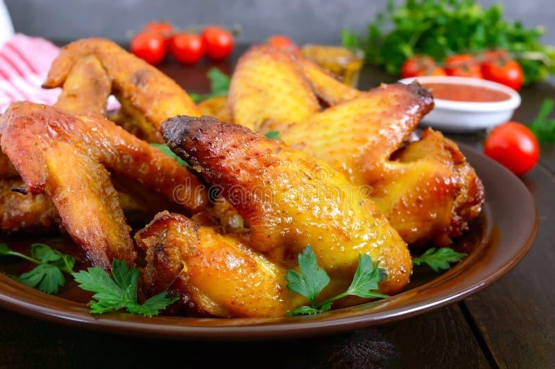 Крылья цыпленка терияки в медовом горчичном соусе с аджикой и горчицей на темном деревянном столе Азиатский рецепт Русский стиль стоковые фото