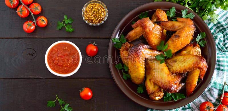 Крылья цыпленка терияки в медовом горчичном соусе с аджикой и горчицей на темном деревянном столе Азиатский рецепт Русский стиль  стоковые фотографии rf
