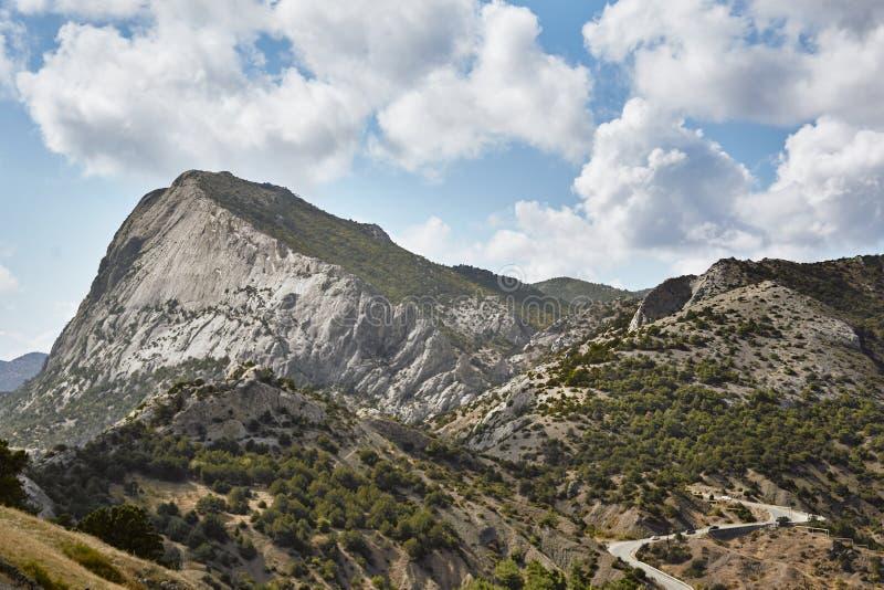 Крымский ландшафт лета с дорогой под облаками в путешествии стоковое изображение