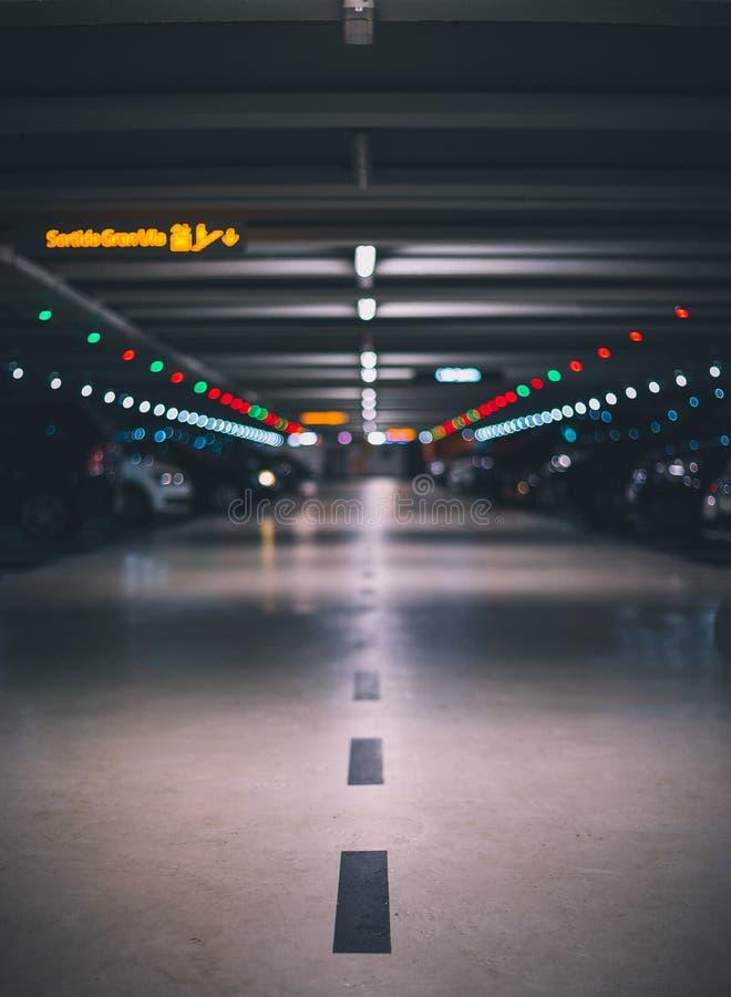 Крытая подземная парковка с запачканной съемкой и перспективой предпосылки низкой стоковые изображения