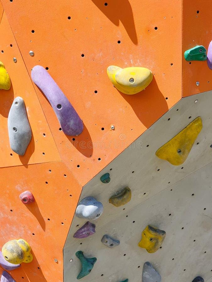 Крытые и на открытом воздухе спорт взбираясь каменная стена стоковые фотографии rf