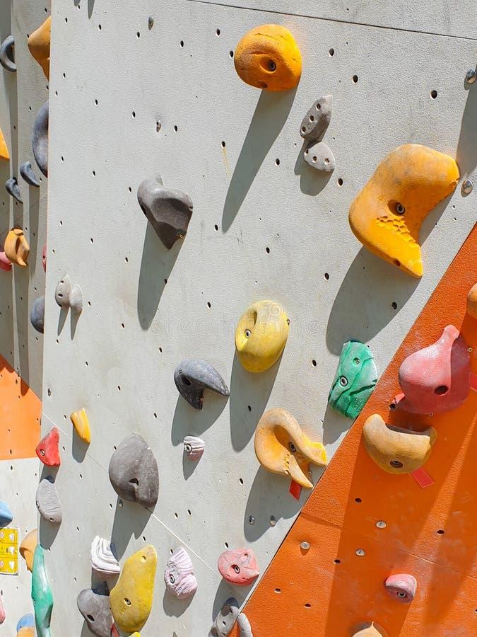 Крытые и на открытом воздухе спорт взбираясь каменная стена стоковое изображение rf
