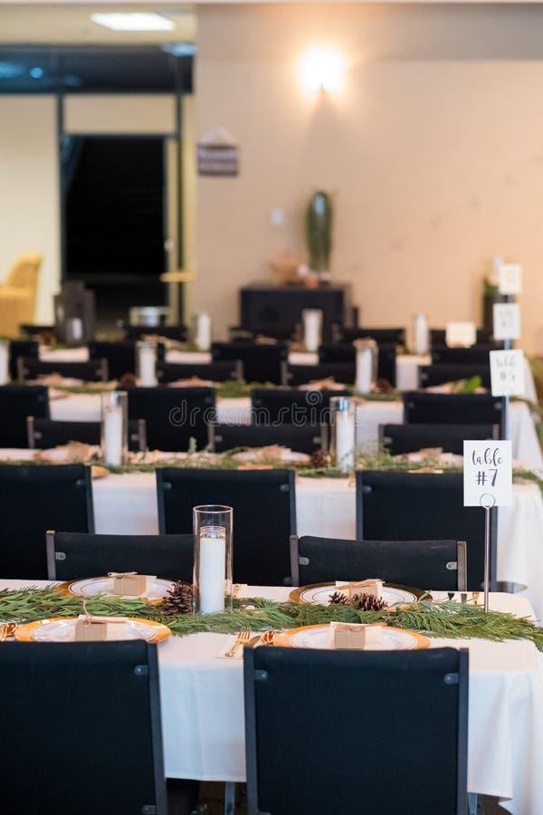Крытые таблицы и посадочные места приема по случаю бракосочетания стоковые изображения rf