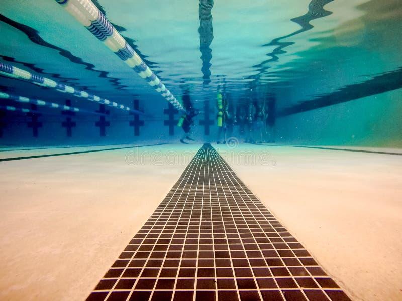 Крытый бассейн над и под водой стоковые фото