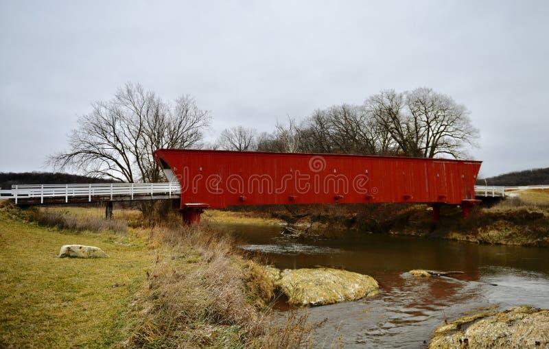 Крытый мост борова задний над северным рекой стоковое изображение rf