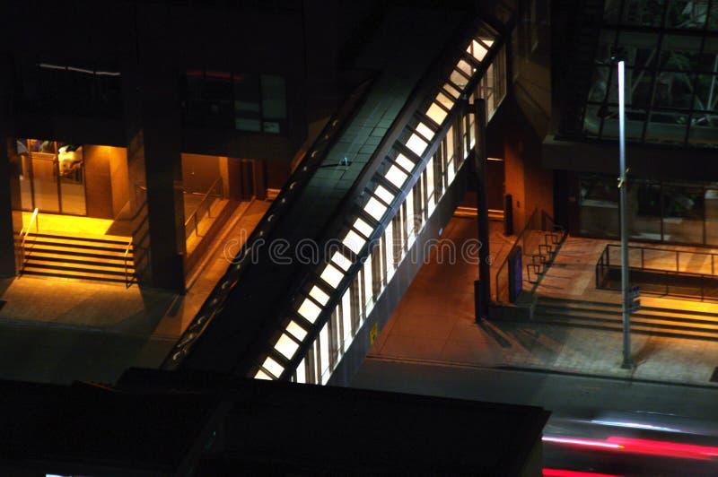 Крытый мост над дорожками улицы плюс система 15 стоковые фото