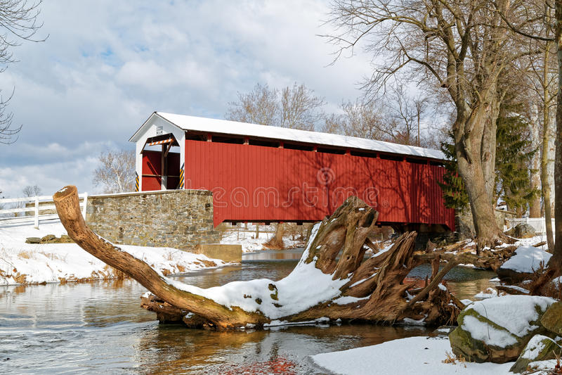 Крытый мост Lancaster County в зиме стоковые фотографии rf
