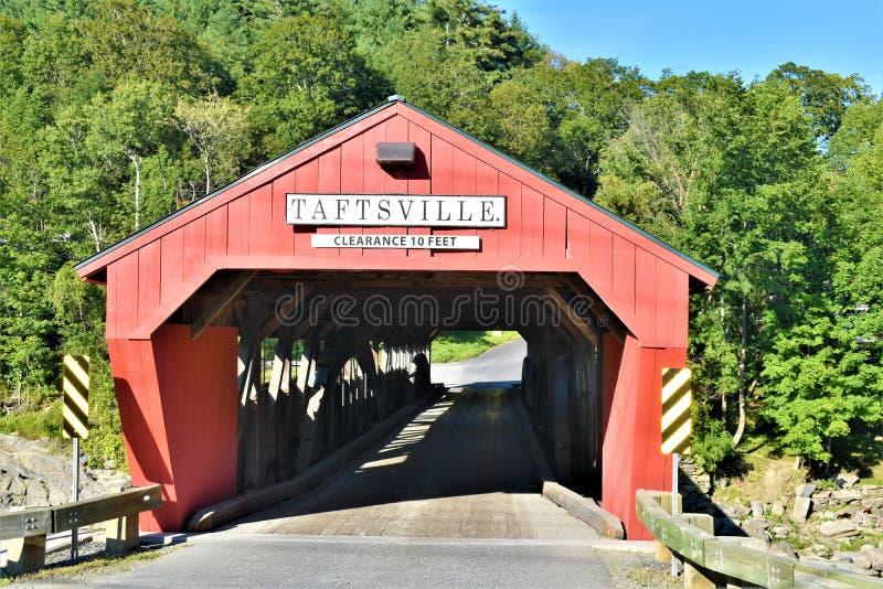 Крытый мост Taftsville в деревне Taftsville в городке Woodstock, Windsor County, Вермонта, Соединенных Штатов стоковая фотография rf