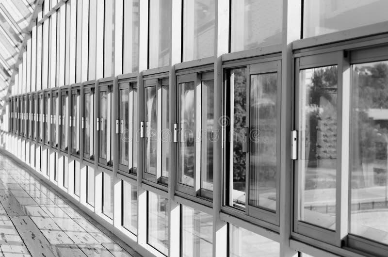 Крытый пешеходный мост с окнами стоковые изображения rf