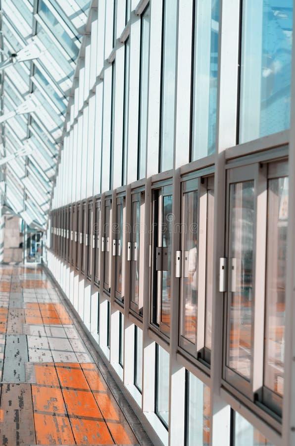 Крытый пешеходный мост с окнами стоковое изображение rf