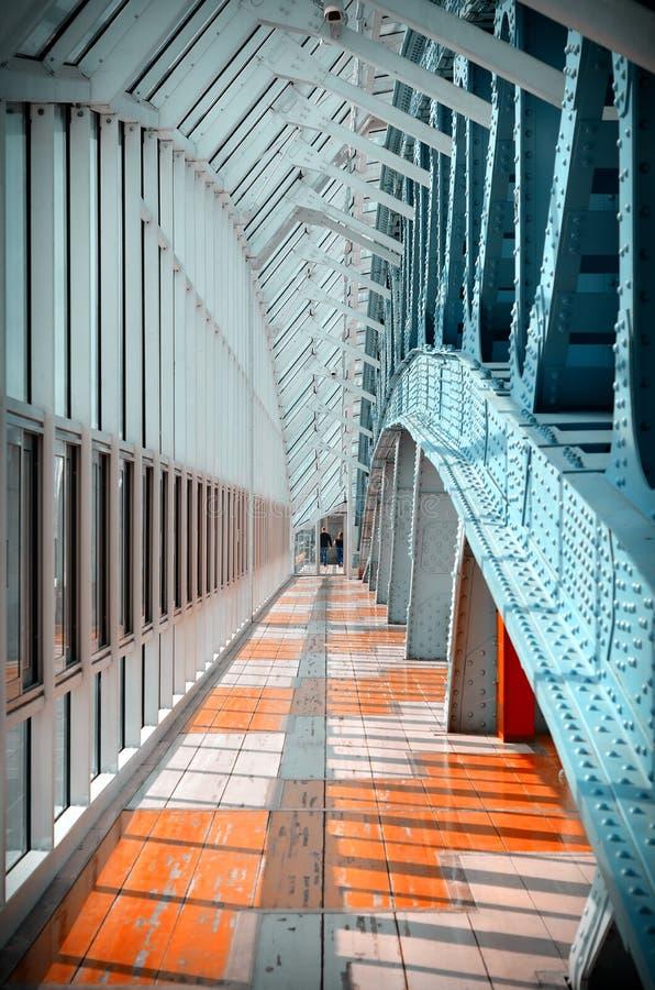 Крытый пешеходный мост с окнами стоковые фото
