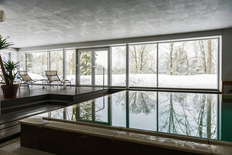 Крытый плавательный бассеин в зиме стоковое изображение