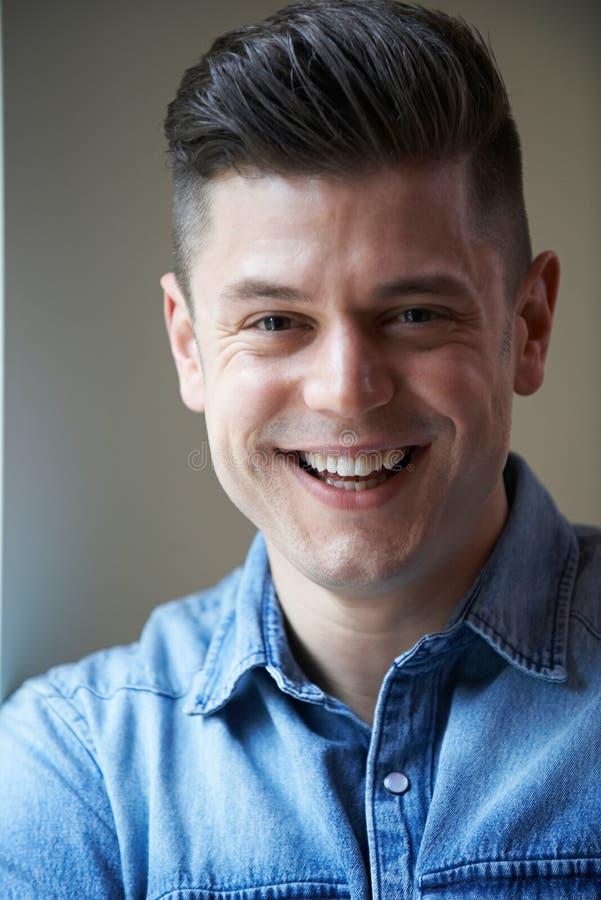 Крытый портрет голов и плечи усмехаясь человека стоковые фотографии rf
