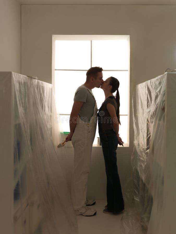 Крытый поцелуй домашней работы стоковое фото