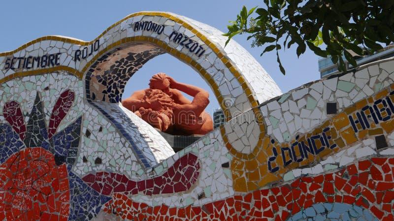 Крыть черепицей черепицей статуя стенда и влюбленности в парке влюбленности в Лиме стоковое изображение