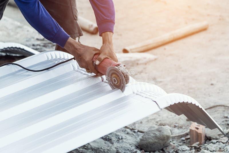 Крыша вырезывания рабочий-строителя стоковые изображения rf
