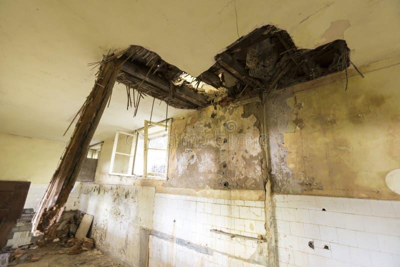 Крыша в покинутой школе стоковое изображение
