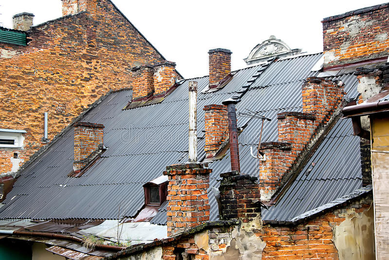 Крыша города с печной трубой кирпича стоковое изображение