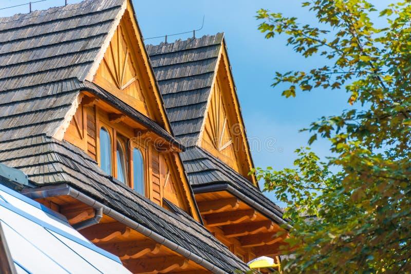 Крыша двухэтажного дома против стоковая фотография