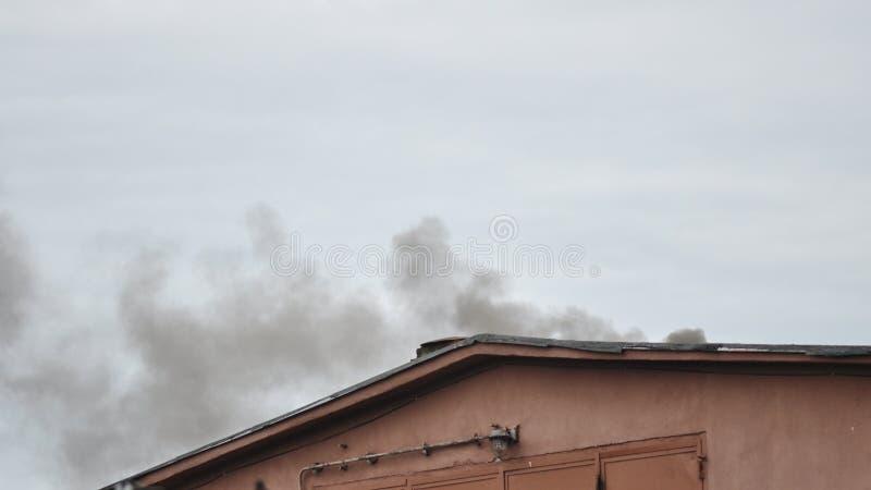 Крыша дома на огне стоковое фото rf