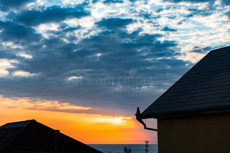 Все будет хорошо картинка на крыше дома