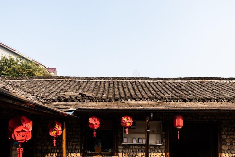 Крыша здания покрыта со старыми черепицами Азия, китайские фонарики красна стоковые изображения