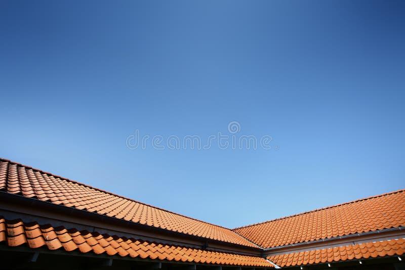 крыша красного цвета дома стоковые изображения rf