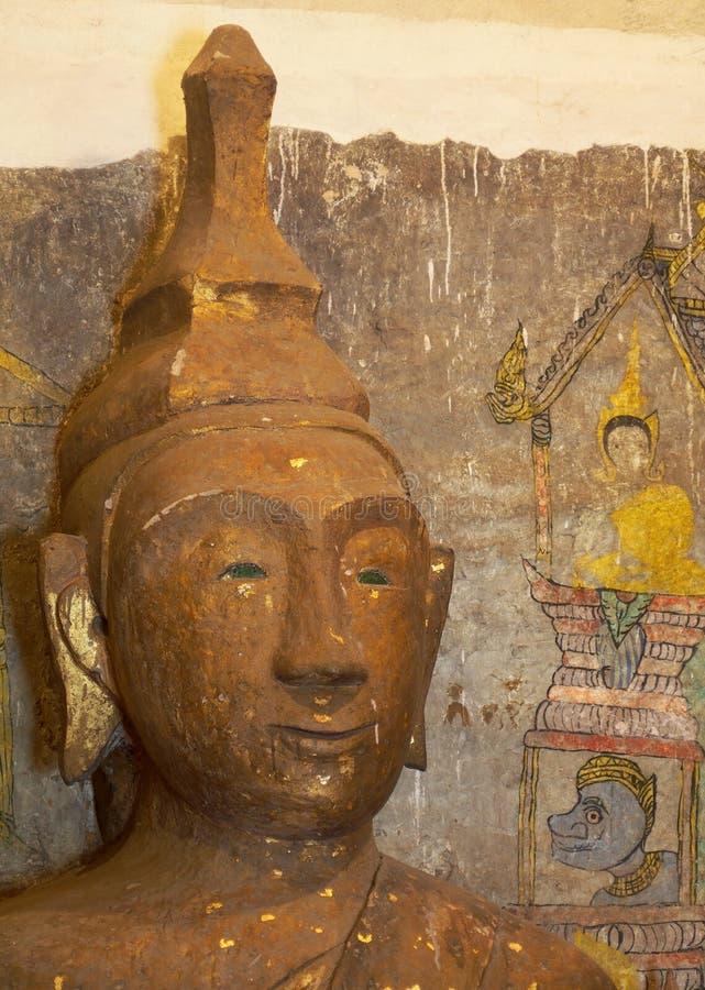 Крыша материалов естественного волокна в стране ТАИЛАНДЕ под ярким голубым небом с задней стороной руки произвела диаграмму Будды стоковое фото