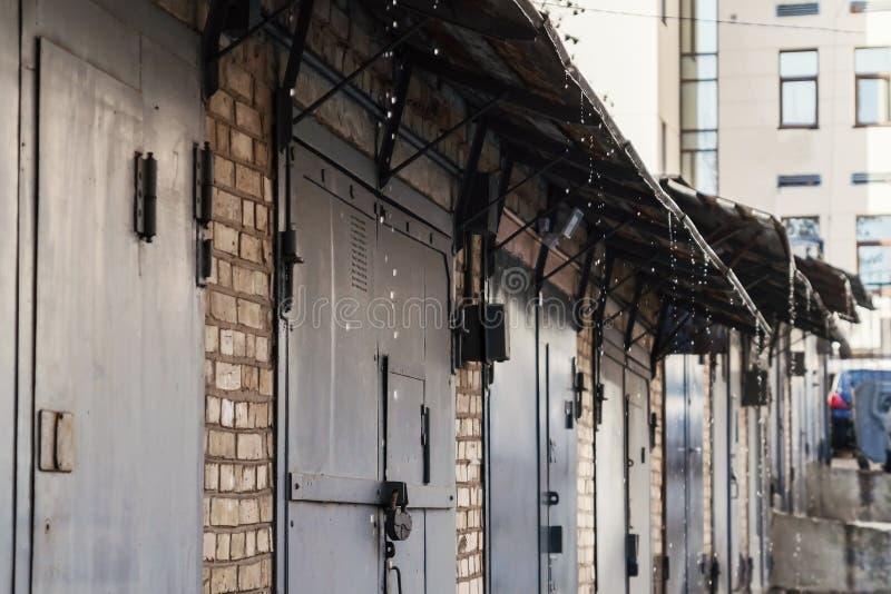 крыша над их железными дверями капая падение стоковая фотография