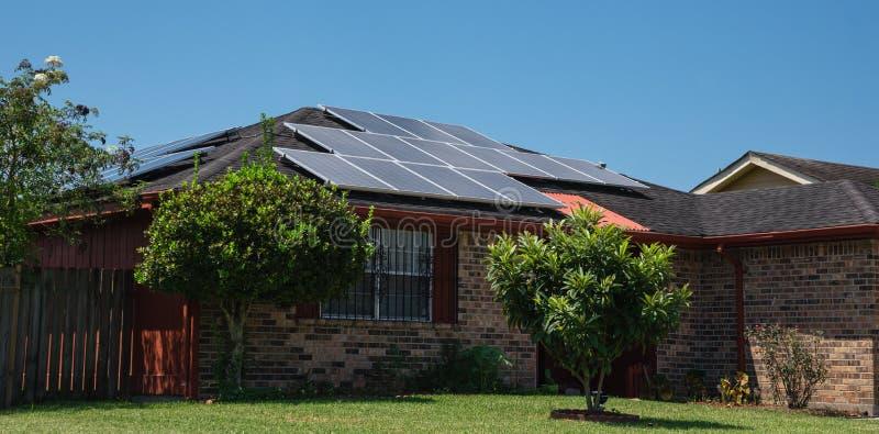 Крыша панелей солнечных батарей стоковое изображение rf