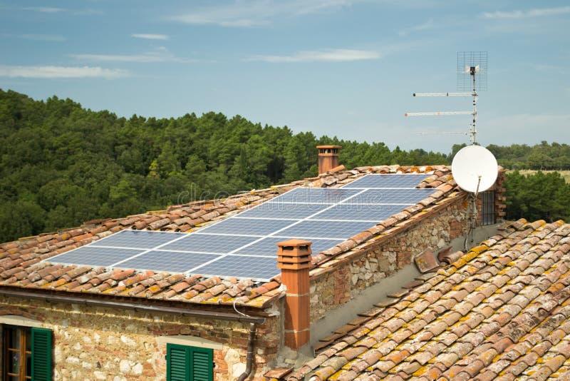 крыша панели фотовольтайческая солнечная стоковое фото rf