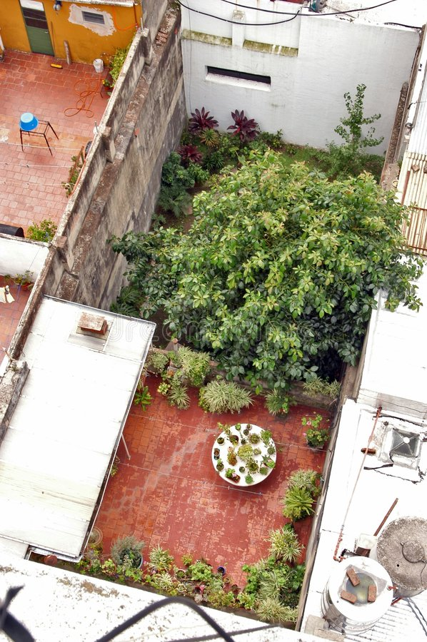 Download крыша патио стоковое изображение. изображение насчитывающей крыша - 477515