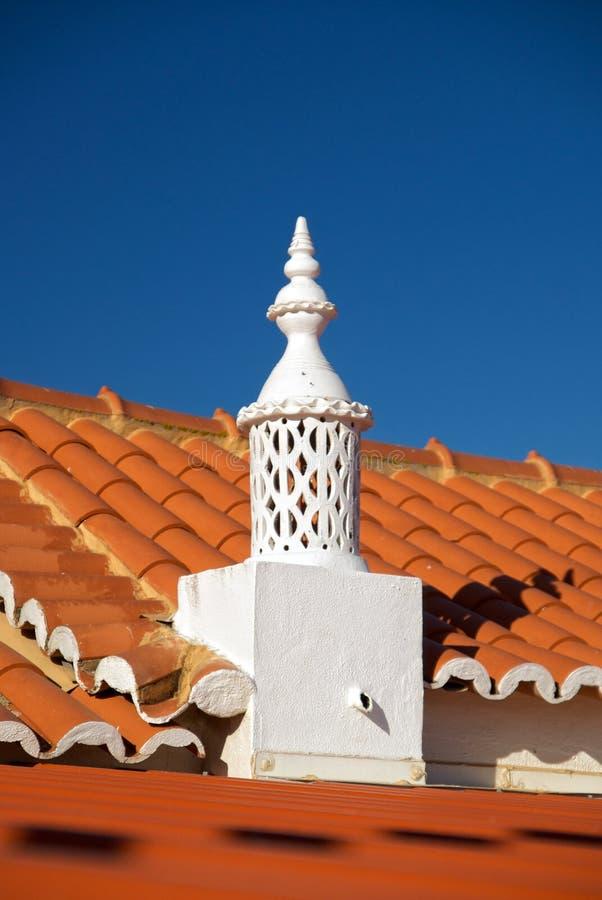 крыша печной трубы algarve красная типичная стоковое изображение rf