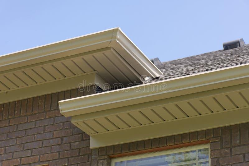 Крыша показывая сточные канавы и soffit стоковое фото rf