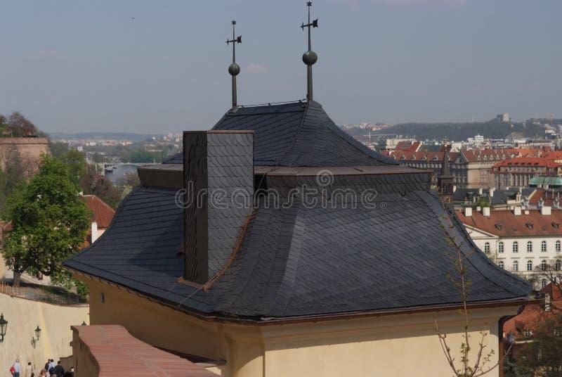 Крыша против панорамы города Прага, Чешская Республика стоковые изображения rf