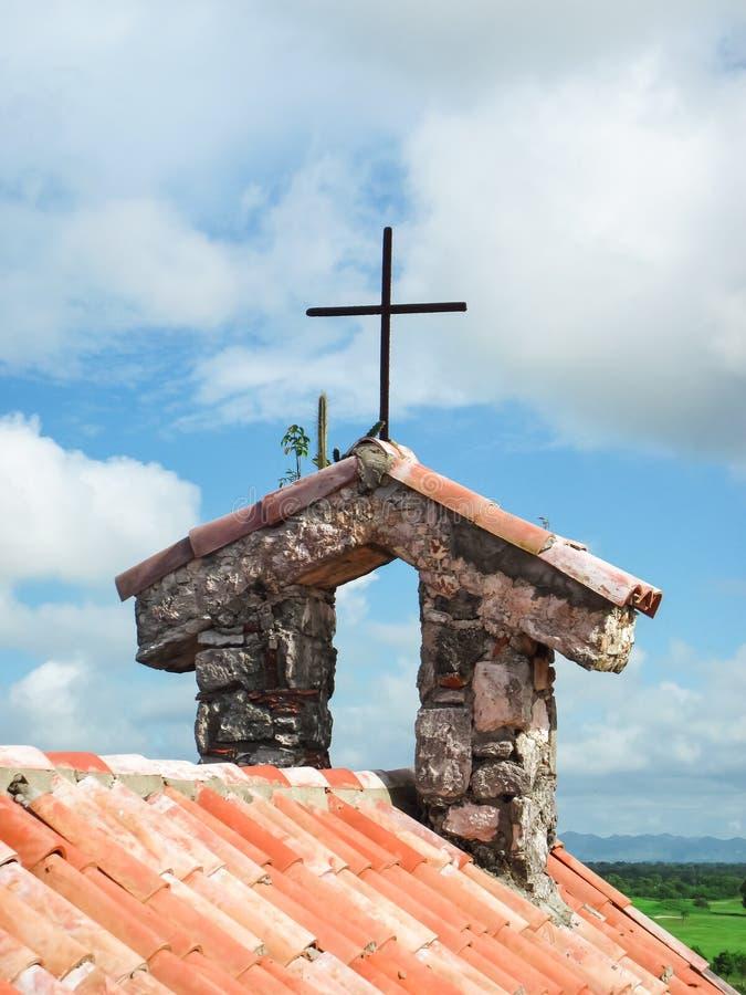 Крыша плитки колокольни с крестом стоковые фотографии rf