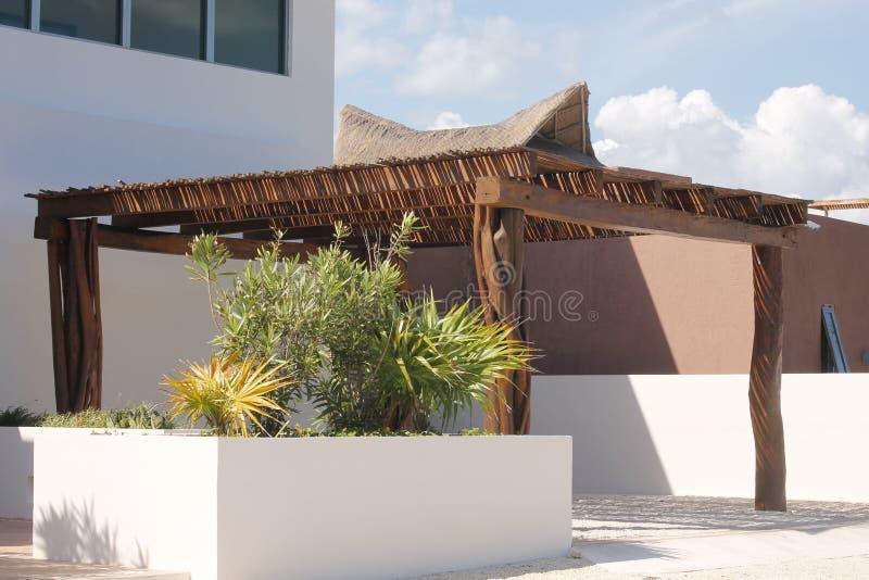 Крыша стиля Palapa парковки для автомобиля на Isla Mujeres стоковые изображения