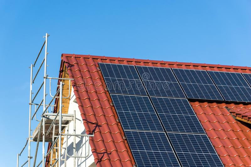 Крыша с панелью солнечных батарей - фотовольтайческой стоковые фотографии rf