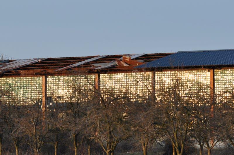 Крыша ухудшенной старой фабрики стоковое изображение