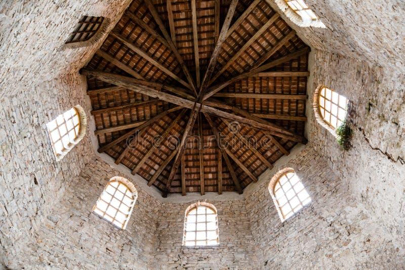 крыша церков baptistery euphrasian деревянная стоковые фотографии rf
