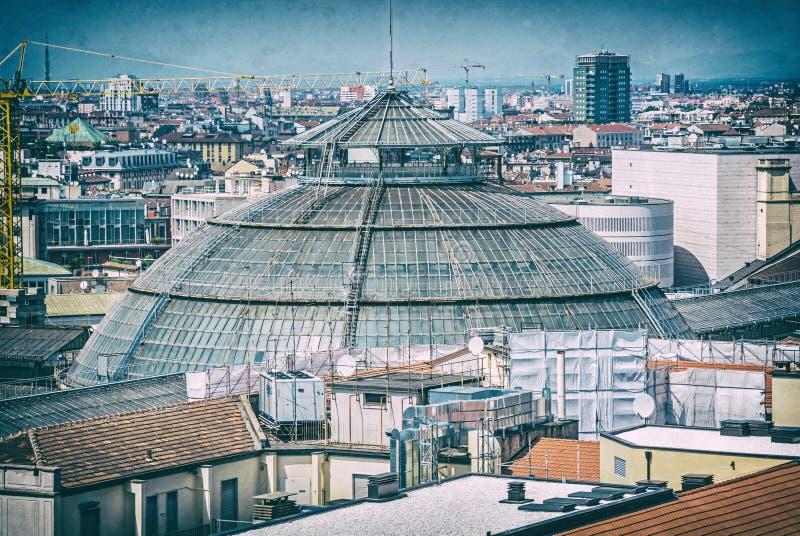 Крыши города Милана, Италии, сетноого-аналогов фильтра стоковые фото