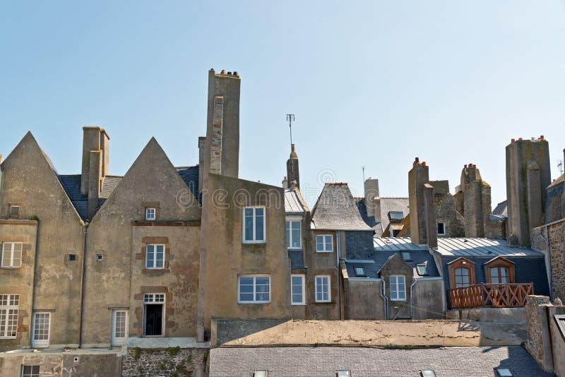 Крыши и дома Святого Malo в лете с голубым небом brittani стоковые фото