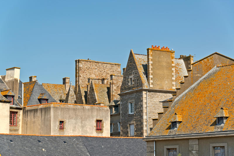 Крыши и дома Святого Malo в лете с голубым небом brittani стоковое изображение rf