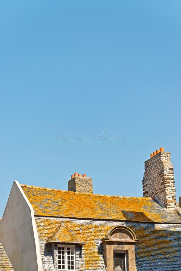 Крыши и дома Святого Malo в лете с голубым небом brittani стоковое изображение