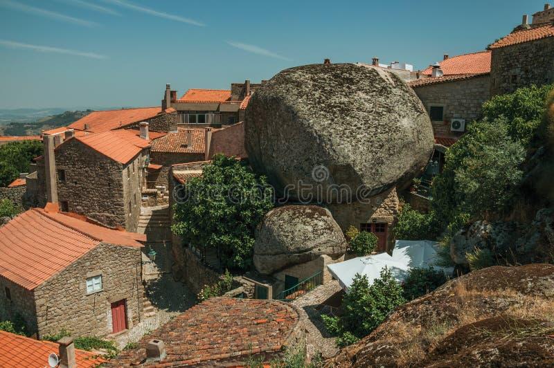 Крыши старых каменных домов с округленными утесами на Monsanto стоковое фото