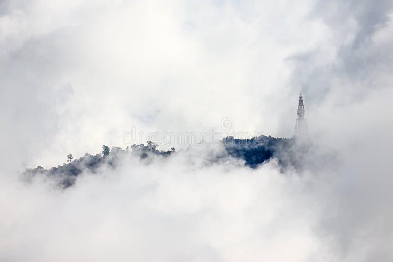 Крышка горы туманом стоковые изображения rf