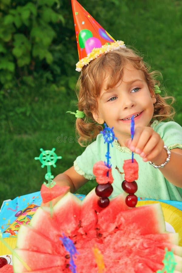 крышка дня рождения ест девушку сада плодоовощ счастливую стоковые фотографии rf